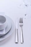 Sistema blanco de la tabla del restaurante Foto de archivo