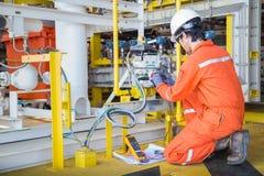 Sistema bonde bonde e do instrumento do técnico da manutenção no petróleo e gás a pouca distância do mar que processa a plataform foto de stock