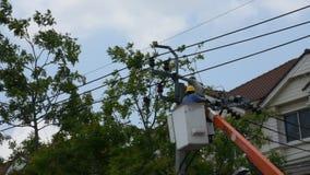 Sistema bonde do reparo do trabalho do eletricista na coluna da eletricidade ou no polo de serviço público vídeos de arquivo