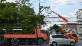 Sistema bonde do reparo do trabalho do eletricista na coluna da eletricidade ou no polo de serviço público filme