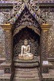 Sistema budista de madera arqueológico de la capilla con los vidrios coloreados 1895 - C 1900 e myanmar Fotografía de archivo libre de regalías