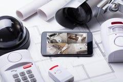 Sistema casero elegante en el móvil con el equipo de la seguridad foto de archivo