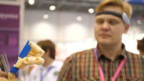 Sistema cibernético hoy Industria y movimiento del juego que siguen en ciberespacio El hombre con las gafas innovadoras crea almacen de video