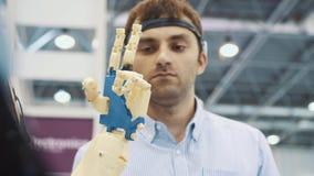 Sistema cibernético hoy Industria y movimiento del juego que siguen en ciberespacio El hombre con las gafas innovadoras crea metrajes