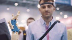 Sistema cibernético hoy Industria y movimiento del juego que siguen en ciberespacio El hombre con las gafas innovadoras crea