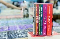 Sistema colorido de la caja de libro exhibido en el soporte en el libro de Eskisehir favorablemente, Turquía imagen de archivo libre de regalías