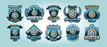 Sistema colorido de los logotipos, emblemas, montañas del piñón de la bicicleta en el fondo, ejemplo aislado del vector club ilustración del vector