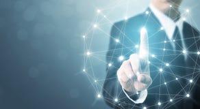 Sistema commovente del collegamento di rete globale della mano dell'uomo d'affari con Fotografia Stock