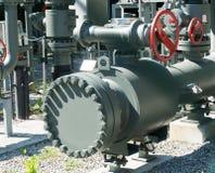 Sistema complejo de tubos del metal y válvulas y ruedas usados para regular el agua y las aguas residuales fotografía de archivo