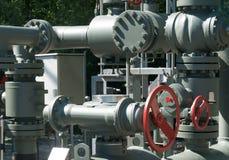 Sistema complejo de tubos del metal y válvulas y ruedas usados para regular el agua y las aguas residuales foto de archivo