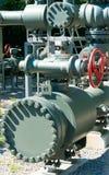 Sistema complejo de tubos del metal y válvulas y ruedas usados para regular el agua y las aguas residuales imagen de archivo