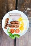 Sistema completo del desayuno inglés con los huevos, el faro, y el jamón Imágenes de archivo libres de regalías