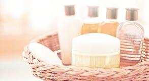 sistema cosmético del cuarto de baño - concepto casero del balneario y de la salud imagen de archivo