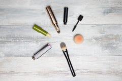 Sistema cosmético del maquillaje Compostion decorativo de cosméticos en la tabla de madera brillante rústica Accesorios de la muj fotos de archivo