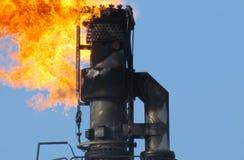 Sistema da tocha em um campo petrol?fero fotografia de stock royalty free