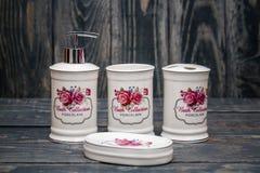 Sistema de accesorios blancos lindos del cuarto de baño con diseño floral Fotos de archivo libres de regalías