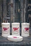 Sistema de accesorios blancos lindos del cuarto de baño con diseño floral Imagen de archivo