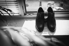 Sistema de accesorios del novio el d?a de boda Detalles de la boda Zapatos de cuero del ` s de los hombres con la correa y la cor foto de archivo