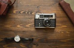 Sistema de accesorios del periodista fotográfico del vintage en fondo de madera Fotografía de archivo