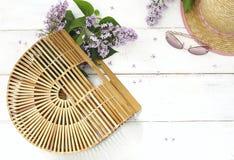 Sistema de accesorios del ` s de las mujeres del verano: bolso de bambú, gafas de sol rosadas, Fotos de archivo