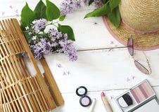 Sistema de accesorios del ` s de las mujeres del verano: bolso de bambú, gafas de sol rosadas, Imagen de archivo
