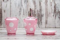 Sistema de accesorios rosados lindos del cuarto de baño Imagenes de archivo