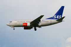 Sistema de aire escandinavo de la línea aérea de Boeing 737-683 LN-RCW en un cielo nublado Vista lateral Fotos de archivo
