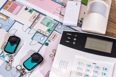 Sistema de alarme, cctv no plano da casa fotos de stock