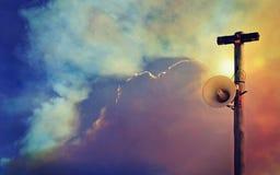 Sistema de alarme público do altifalante contra o céu enchido fumo Fotografia de Stock Royalty Free