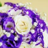Sistema de anillos de bodas en las flores Imágenes de archivo libres de regalías