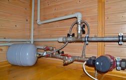 Sistema de aquecimento com tubulações e o tanque de expansão plásticos foto de stock royalty free