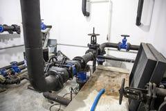 Sistema de aquecimento da casa com muitos tubulações de aço e plásticas, tubos do metal e equipamento automatizado do controle fotos de stock royalty free