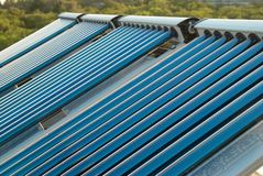 Sistema de aquecimento solar de água do vácuo Fotos de Stock