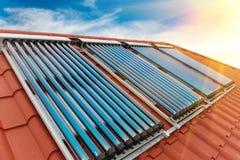 Sistema de aquecimento solar de água dos coletores do vácuo foto de stock