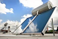 Sistema de aquecimento solar no telhado Foto de Stock Royalty Free