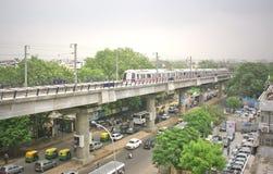 Sistema de arriba del tren del metro en el nuevo dlehi la India