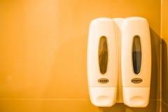 Sistema de artículos de tocador en un cuarto de baño del hotel Imagenes de archivo