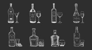 Sistema de bebidas aisladas del alcohol, bosquejo de las botellas libre illustration
