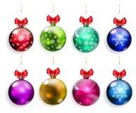 Sistema de bolas multicoloras de la Navidad con los arcos rojos Foto de archivo libre de regalías