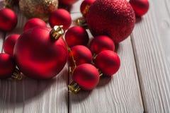 Sistema de bolas rojas de la Navidad en los tableros blancos Imagenes de archivo