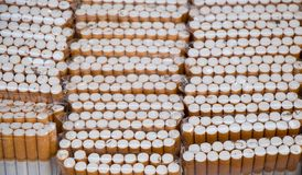 Sistema de bolsillos del cigarrillo en la acción Fotos de archivo
