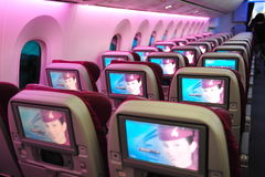 Sistema de bordo do entretenimento da classe de economia de Boeing 787-8 Dreamliner de Qatar Airways (IFE) em Singapura Airshow Imagem de Stock
