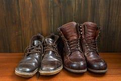 Sistema de botas viejas en fondo de madera fotografía de archivo libre de regalías