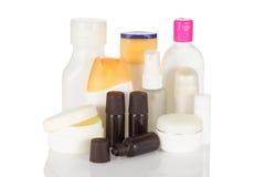 Sistema de botellas cosméticas aisladas en el fondo blanco. Imágenes de archivo libres de regalías