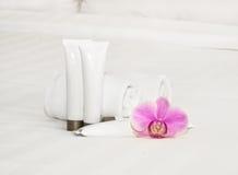 Sistema de botellas cosméticas en un fondo blanco Fotografía de archivo libre de regalías
