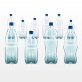 Sistema de botellas de agua azules plásticas en blanco transparente Imagen de archivo