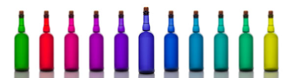 Sistema de botellas de cristal coloreadas, aislado en el fondo blanco Fotografía de archivo