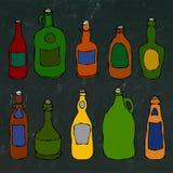 Sistema de botellas de la cerveza y de la vid del vintage En un fondo blanco Bosquejo dibujado mano realista del estilo de la his Fotografía de archivo libre de regalías