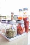 Sistema de botellas del condimento y de la salsa Fotografía de archivo
