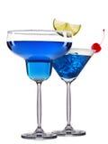 Sistema de cócteles azules con la decoración de las frutas y de la paja colorida aisladas en el fondo blanco Imagen de archivo